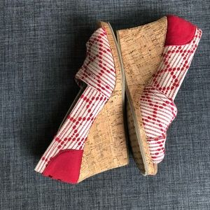 TOMS wedge peep toe shoe red white W 8